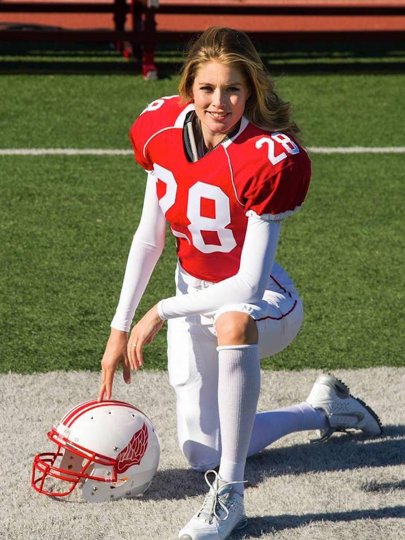 Victoria's Secret Angels Play Football_4